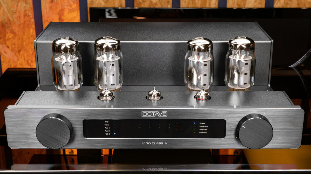 With the lid removed, the Octave V70 Class A looks much sleeker. It is also worth paying attention to the main display - due to the combinations of LEDs, it shows the selected input, and the operating mode, and the state of the output lamps.